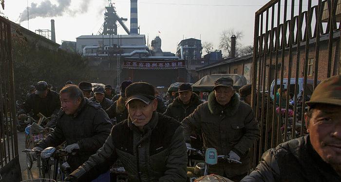 Obreros en China; empresas estatales versus empresas privadas